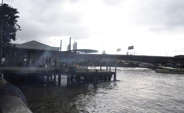 酷い雷雨のメモリアルブリッジの船着き場