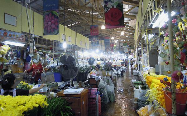 パークロン花市場は雷雨で店舗は掃除中。お花にはビニールがかけられています