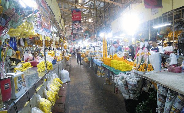 パークローン花市場の店舗。1束100THB