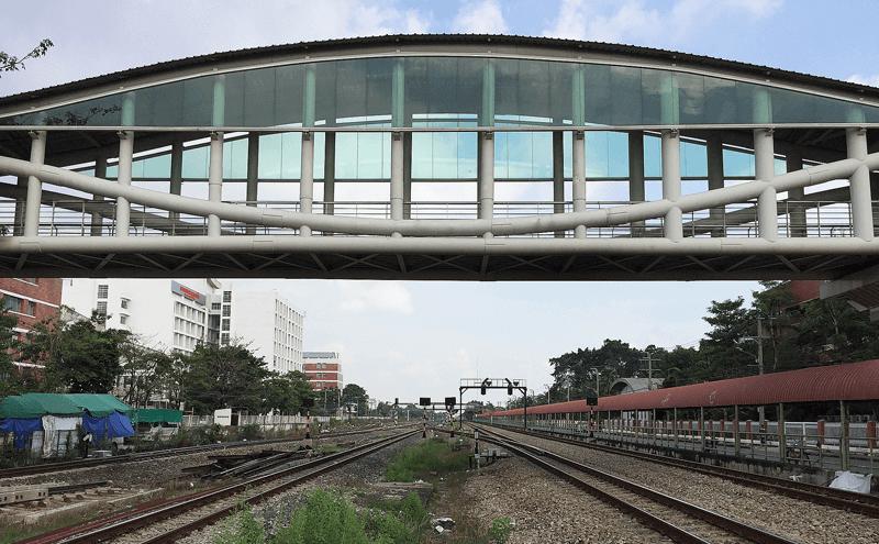 ファタケーとプラチョムクラオ駅の間の陸橋