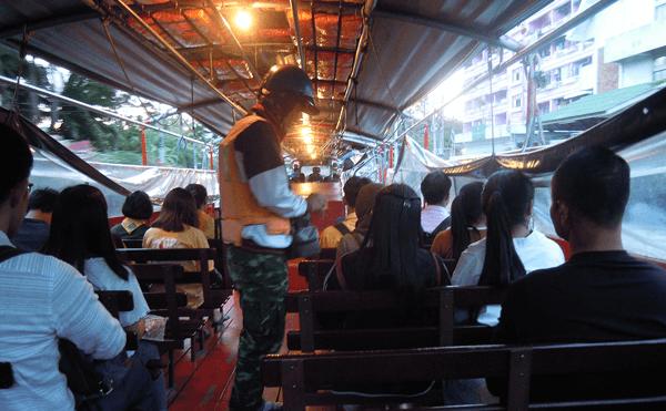 バンコクのセンシーブ運河水上ボート