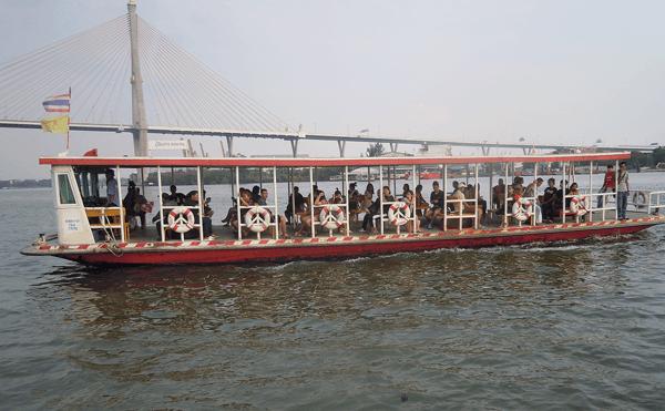 バンコクのプミポン2橋渡し船