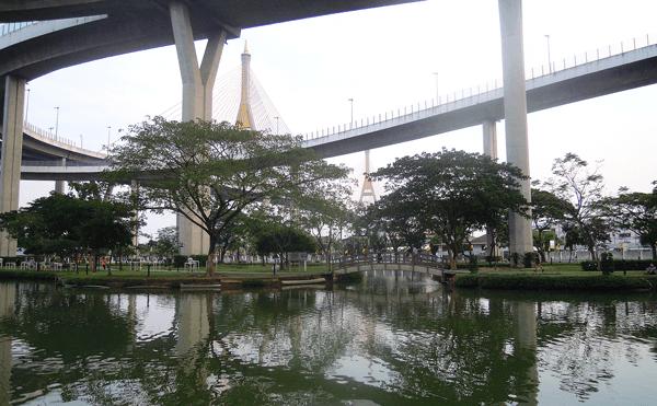 バンコクのプミポン2橋ラットポー公園