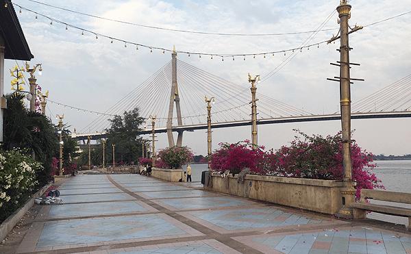バンコクのプミポン2橋が見える側道
