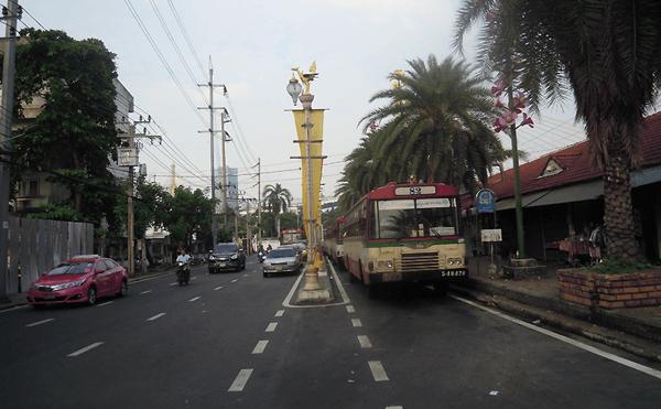 バンコクプラプラディーンの82番のバス停