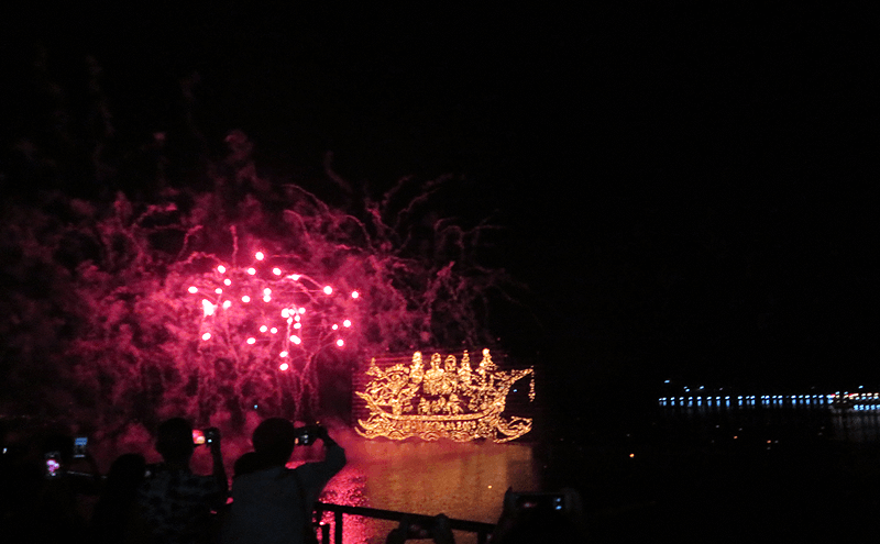 タイ ナコンパノムのイルミネーションボートパレードの花火