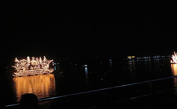 タイ ナコンパノムのイルミネーションボートパレード