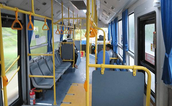 バンコク水色の新型のバスの中です