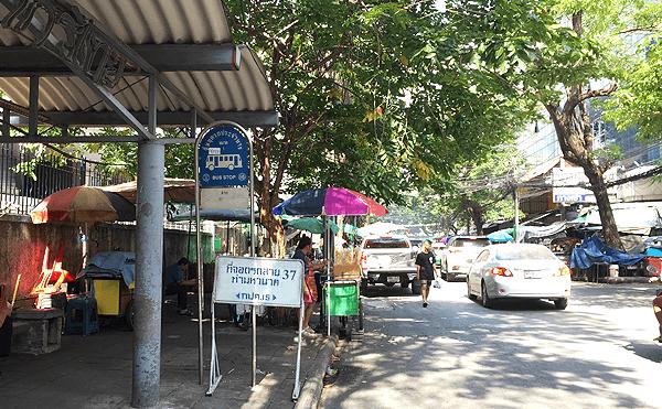 ボーベー市場のバス停
