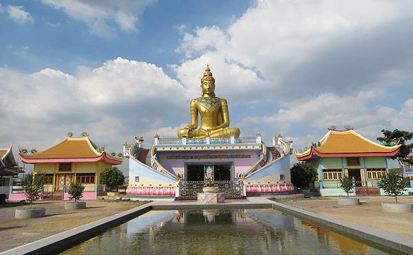 メークローン線始発のバーンラムの寺院