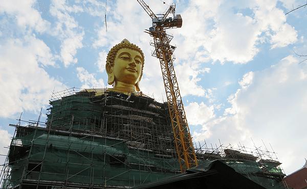 バンコクのワット パークナム の仏像