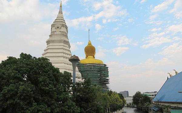 バンコクのワット パークナム パーシーチャルーン