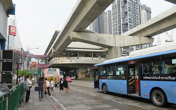 バンコクのパポンヨティンのバス停