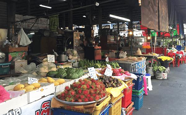 バンコクのフォーチュンの裏にある市場