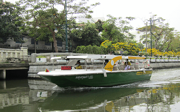 バンコクのクランカセム運河の電気水上ボート