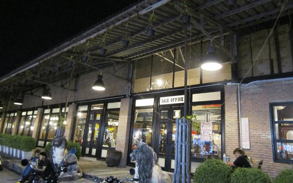 バンコクのシーナカリン鉄道市場