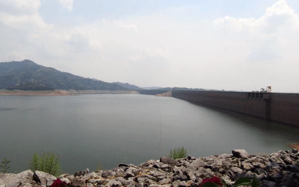 タイのナコンナヨックのクンダーン プラカーンチョン ダム
