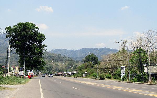 タイのナコンナヨックのクンダーン プラカーンチョン ダムへ向かう道路